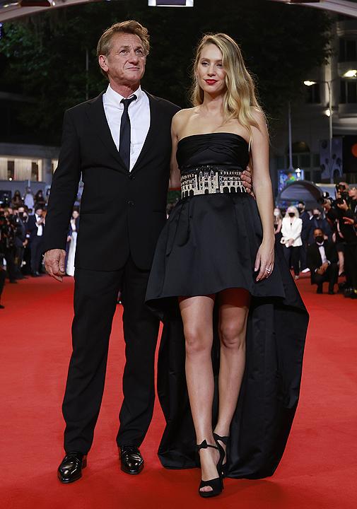 La actriz con su padre, Sean Penn, en Cannes.