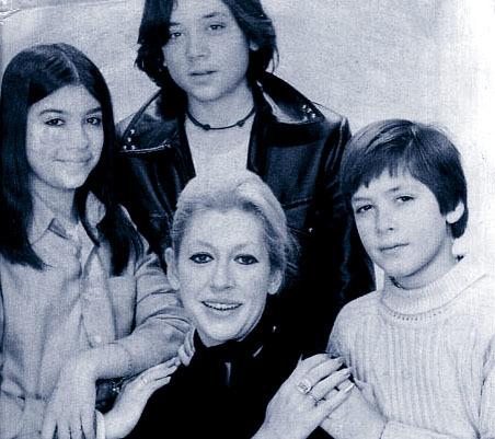 La actriz Pilar Bardem con sus tres hijos, Mónica, Javier y Carlos