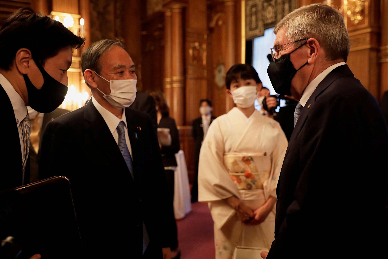 El presidente del COI, Thomas Bach, charla con el primer ministro japonés, Yoshihide Suga.