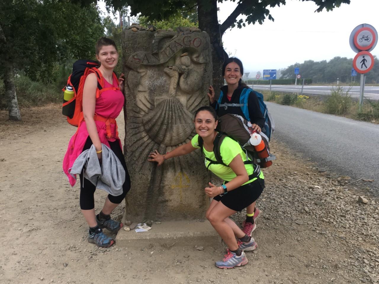 Tres peregrinas en la última etapa del Camino de Santiago.