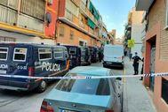 Agentes de la Policía Nacional en la calle de José Garrido