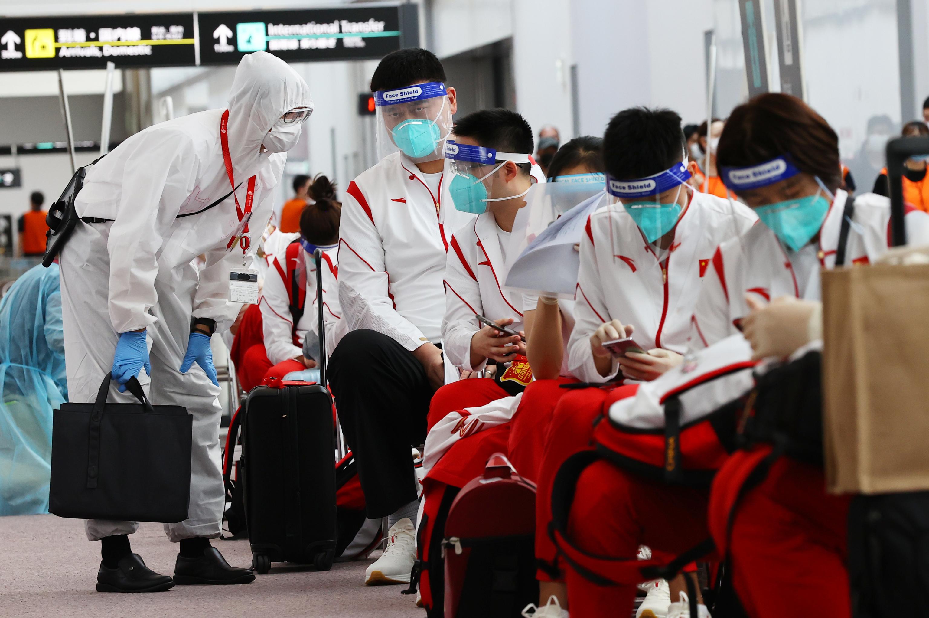 Yao Ming y varios atletas chinos, a su llegada el lunes.