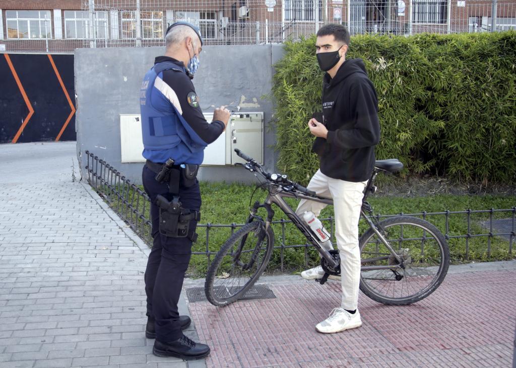 La Policía Municipal de Madrid sanciona a un joven por incumplir el confinamiento.