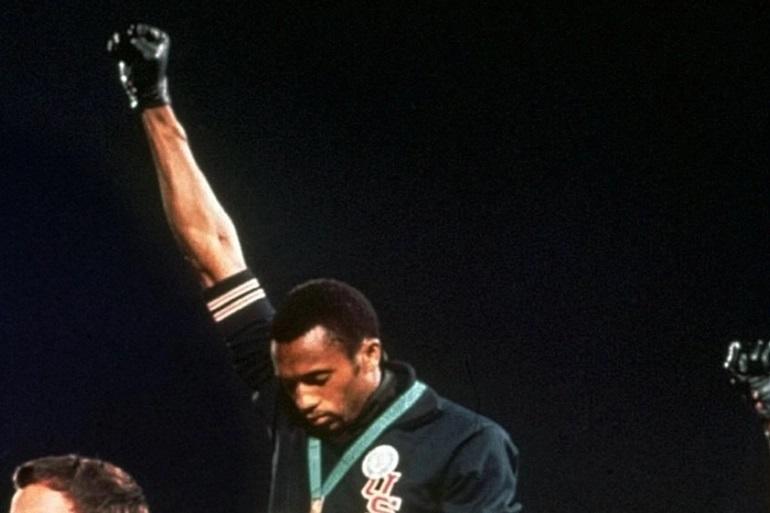 Tommie Smith, en el podio, durante los Juegos de México de 1968.