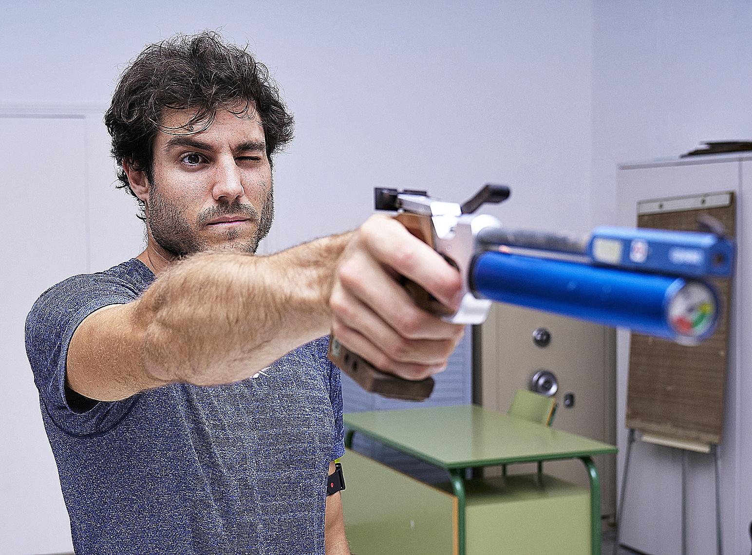Aleix Heredia practica el tiro, una de las pruebas del pentatlón moderno.