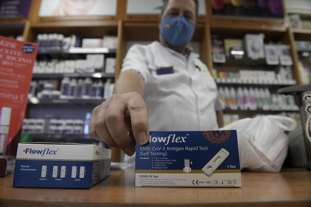 Un farmacéutico enseña un test de detección.