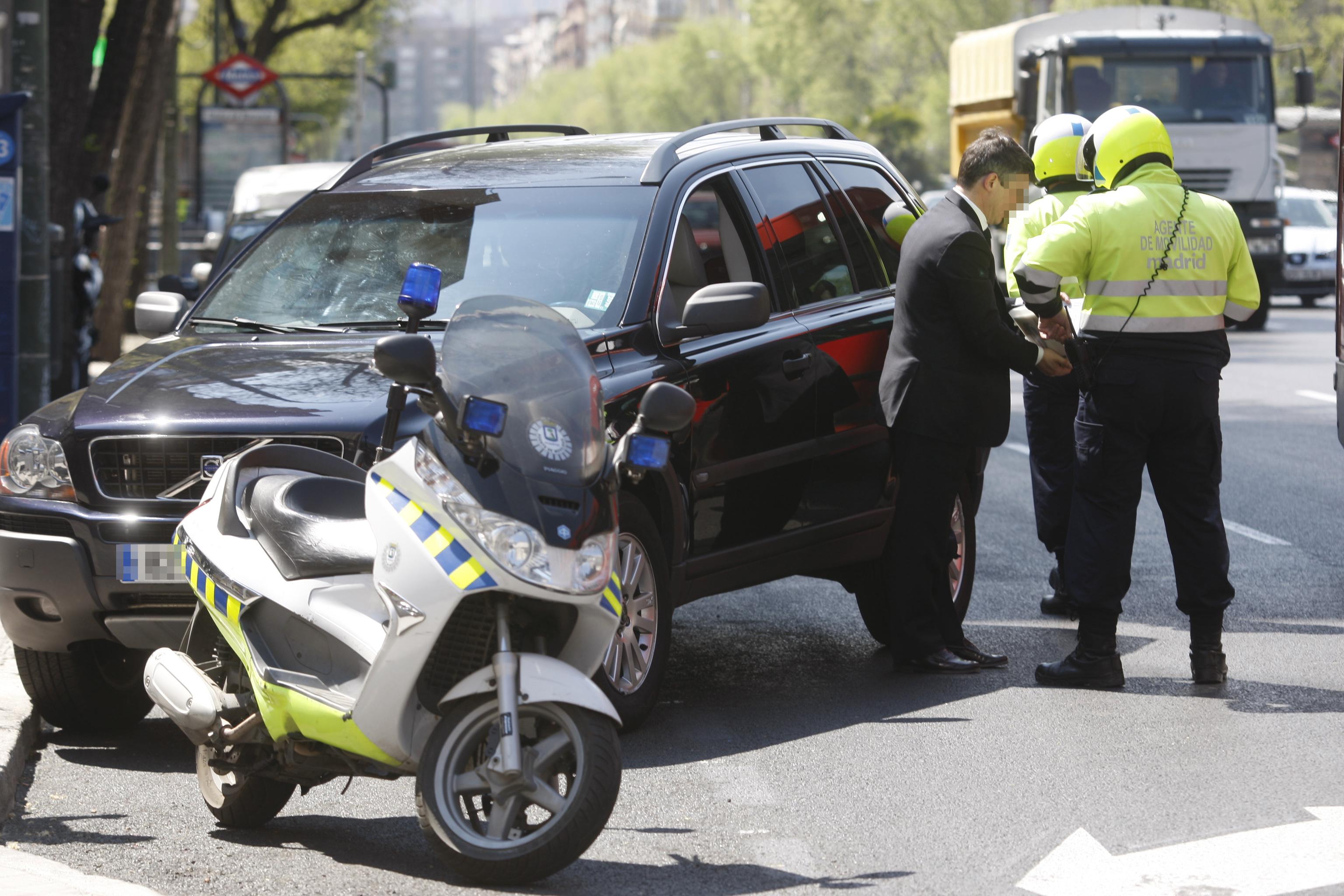 Un agente de movilidad cumplimenta una denuncia en la calle Doctor Esquerdo de Madrid.