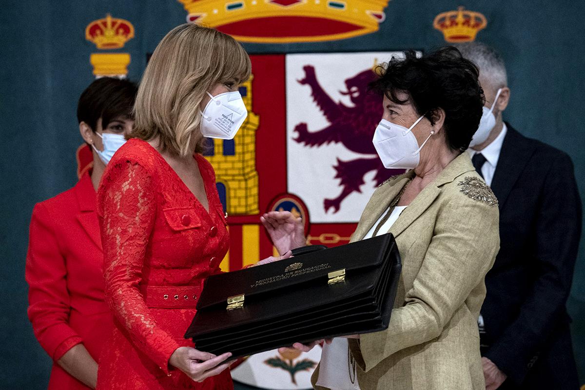 Isabel Celaá entrega la cartera a Pilar Alegría.