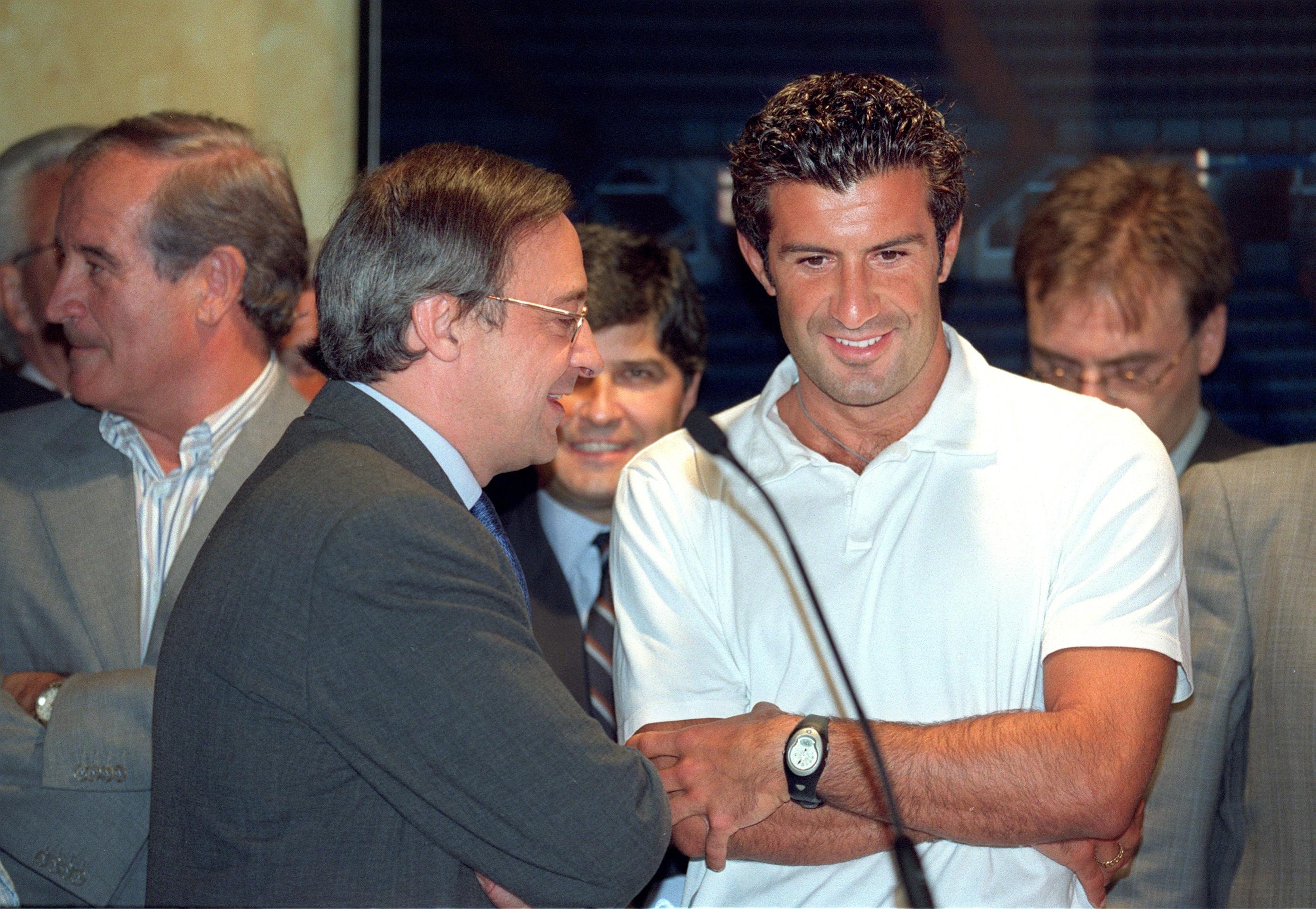 Presentación del futbolista Luis Figo como nuevo jugador del Real Madrid, en la sala de trofeos del Santiago Bernabéu, con el presidente Florentino Pérez.