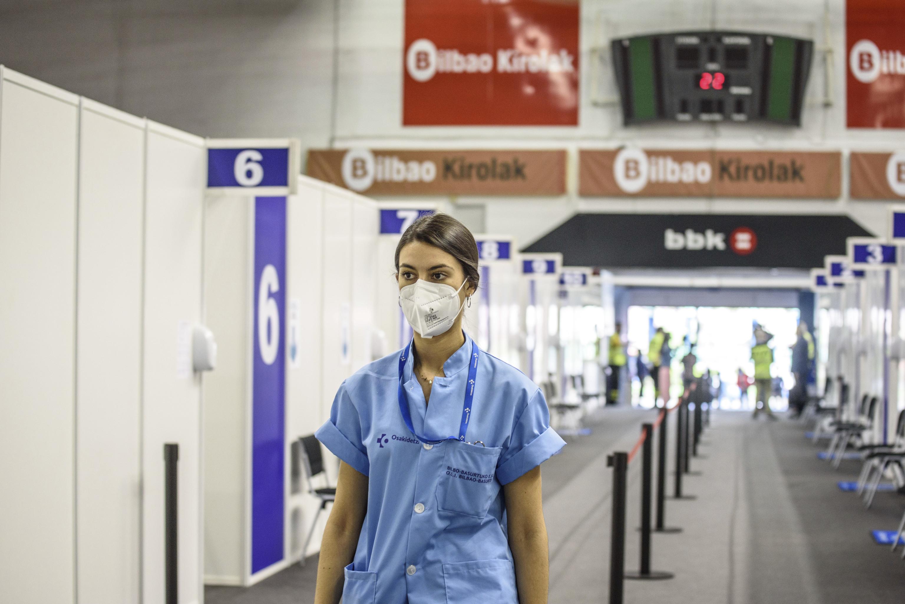 Osakidetza inicia las vacunaciones contra el Covid-19 en el pabellón de La Casilla, en Bilbao, el primer vacunódromo puesto en servicio en Vizcaya.