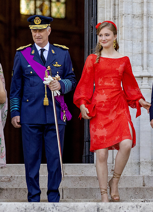 El rey Felipe y su heredera salen de la catedral de Santa Gúdula, en Bruselas.