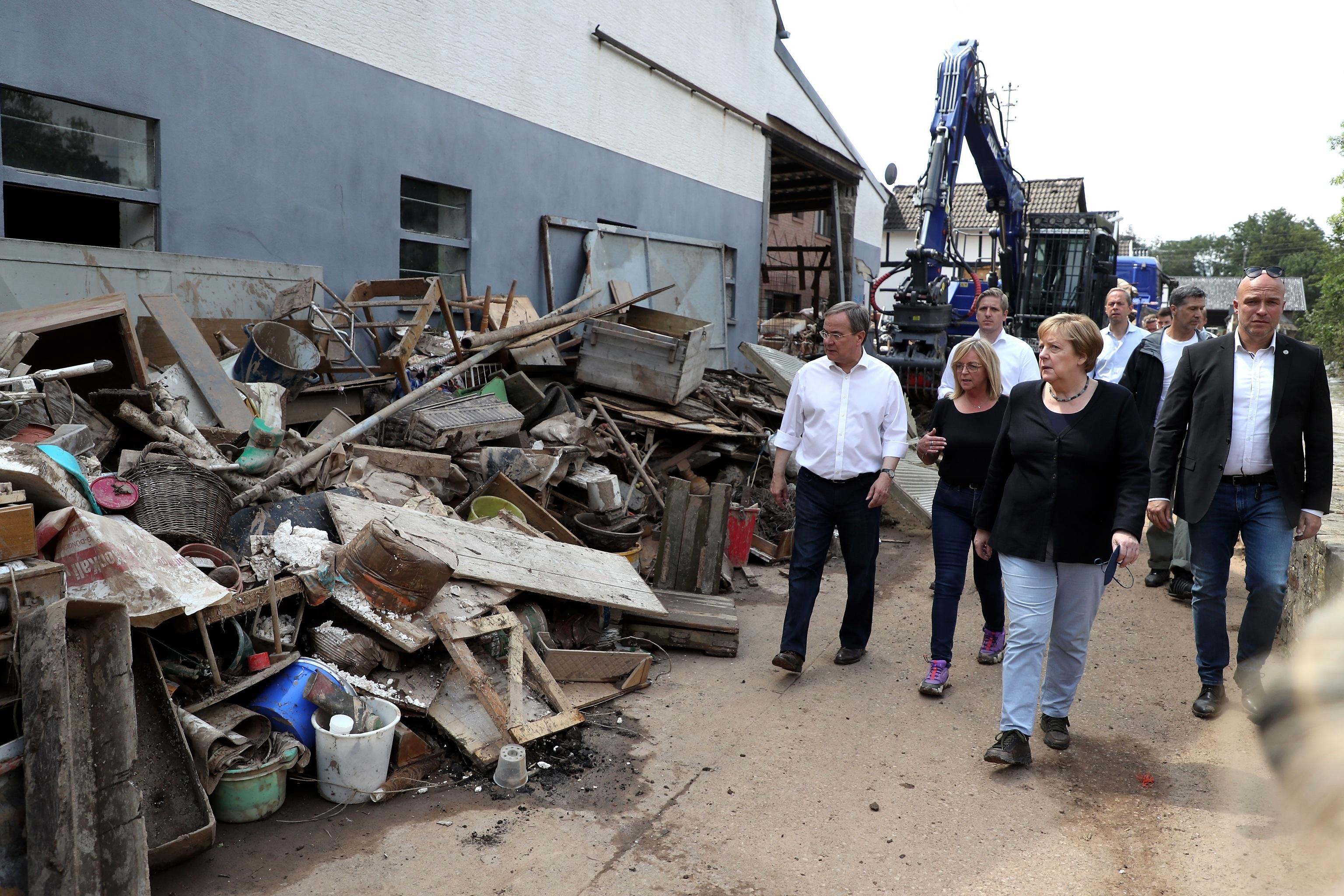 La canciller alemana, Angela Merkel, visita la zona afectada de Euskirchen.