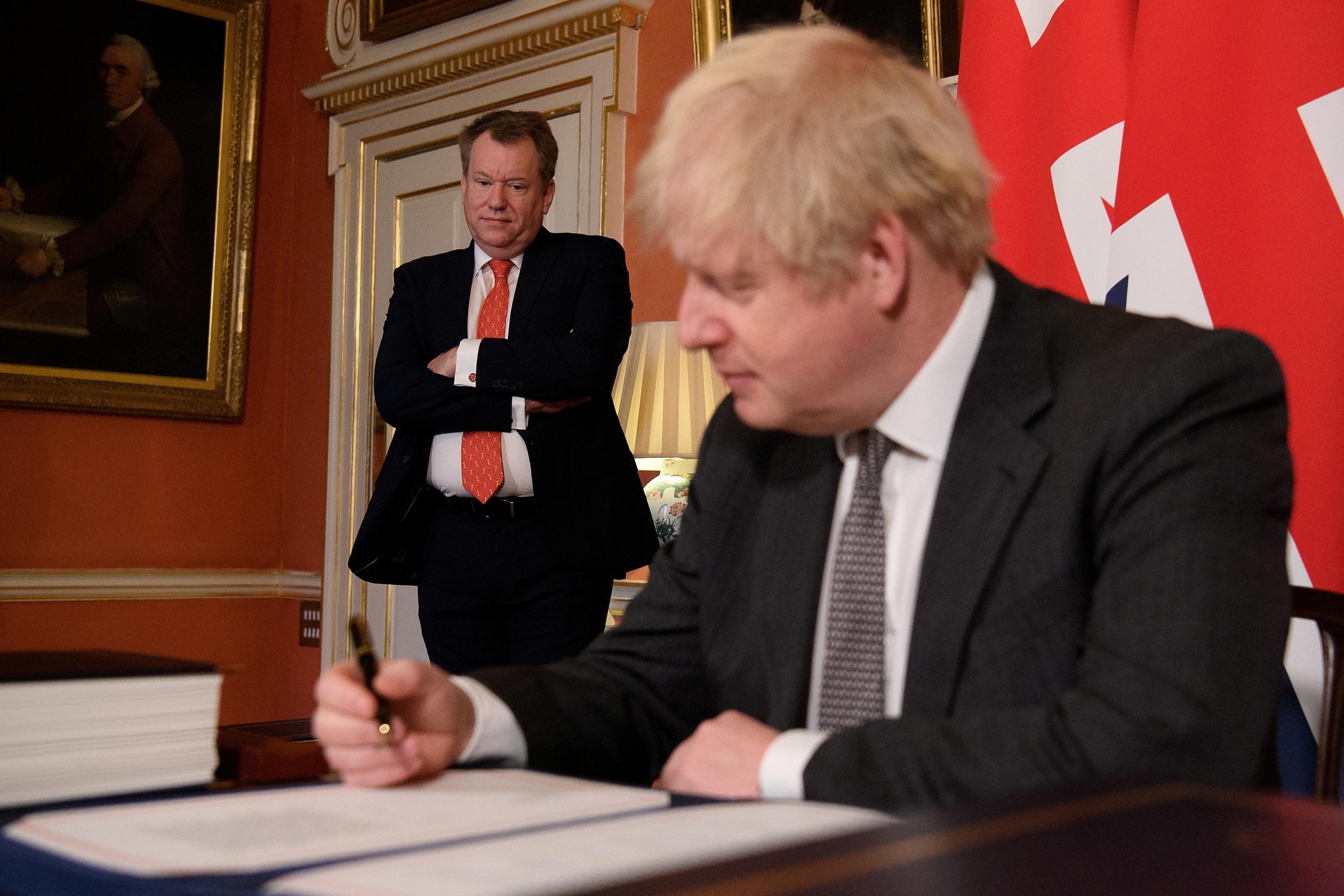 Boris Johnson firma el acuerdo comercial del Brexit, en diciembre de 2020.