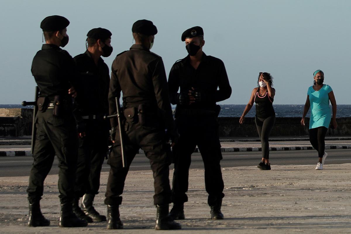 Un grupo de boinas negras de la Brigada Especial Nacional, desplegado en el Malecón de La Habana para impedir manifestaciones.