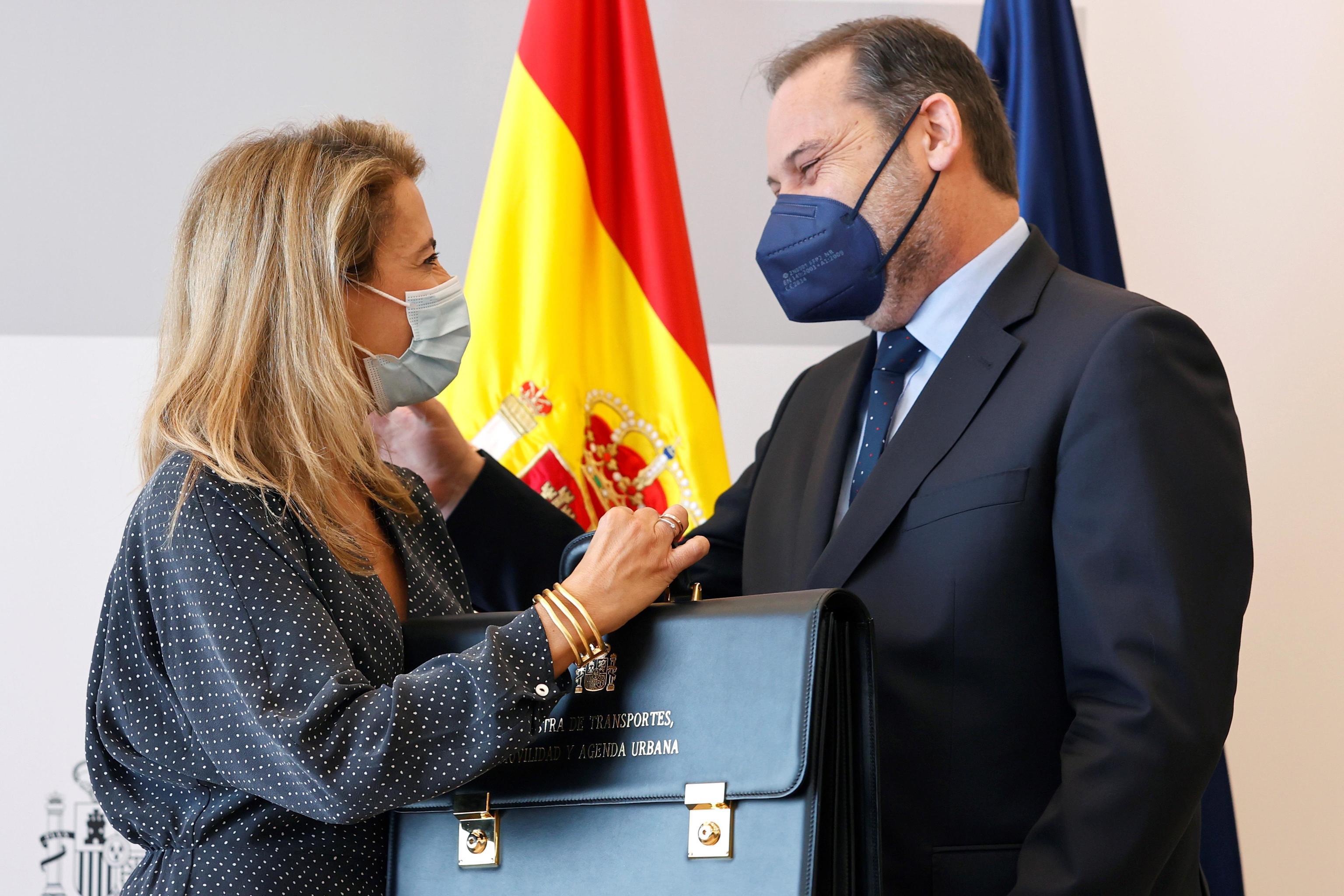 Traspaso de la cartera de Transporte entre Raquel Sánchez y José Luis Ábalos.