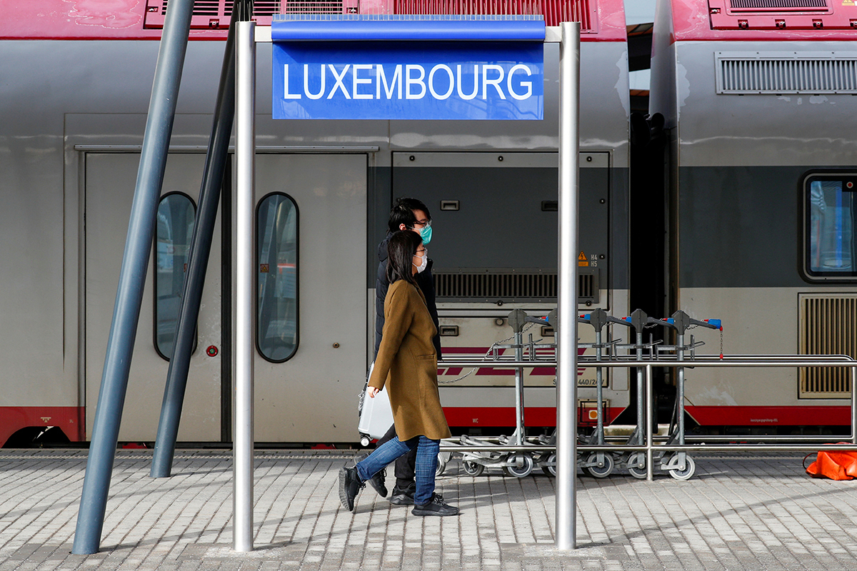 Dos personas caminan por una estación de tren en Luxemburgo.