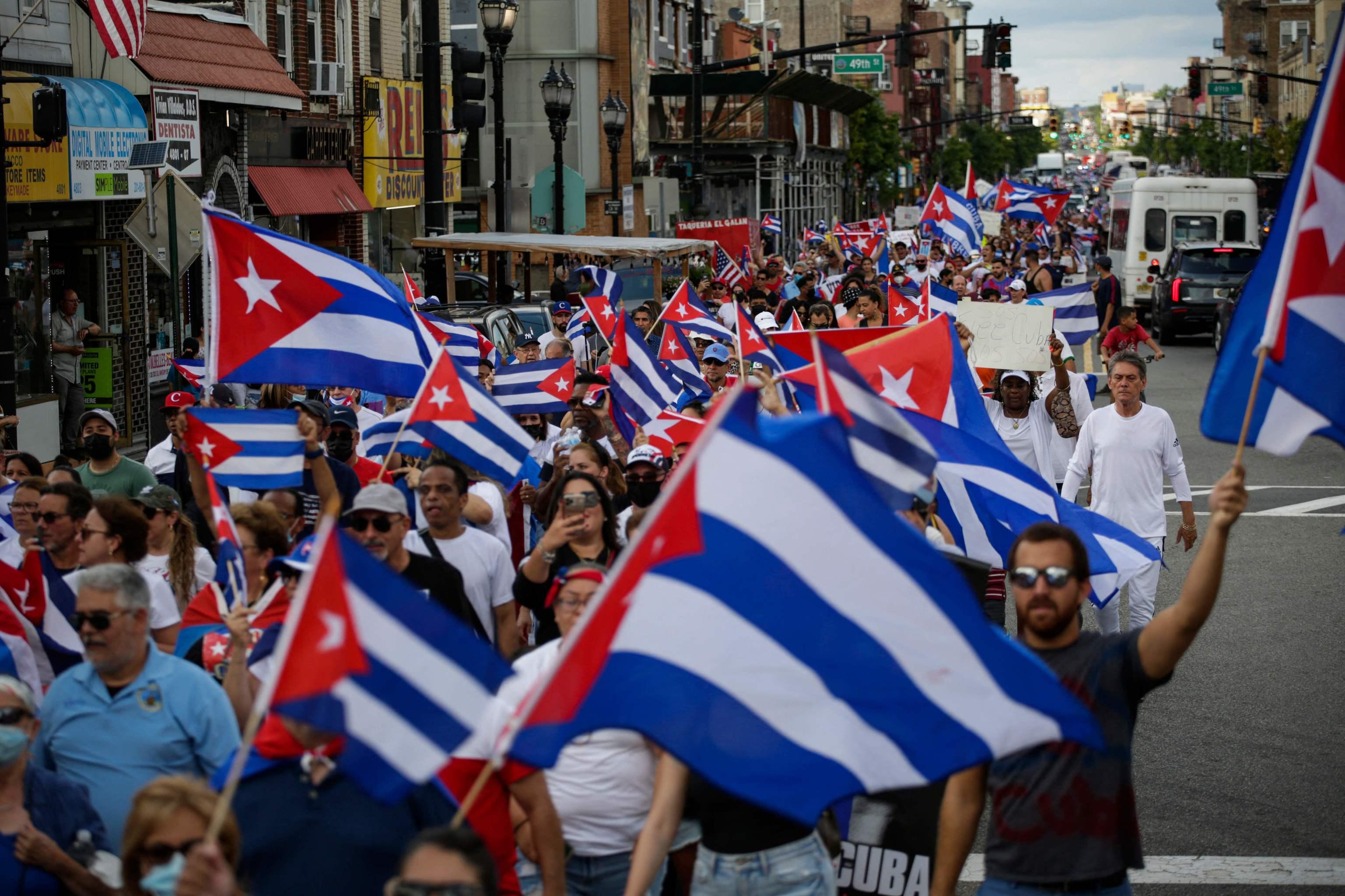 Ondeamiento de banderas cubanas en apoyo a las protestas, en Nueva Jersey.