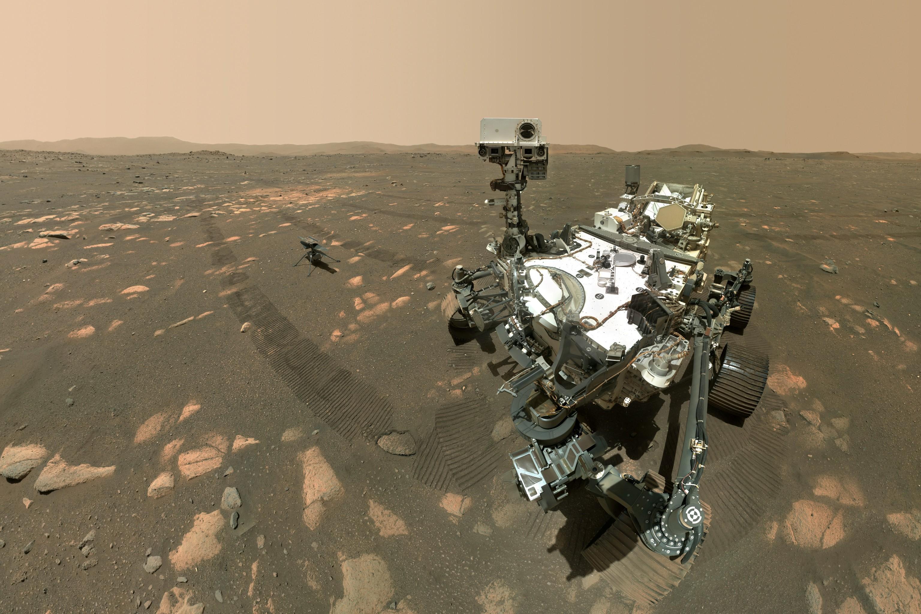 'Selfie' de Perseverance junto al helicóptero Ingenuity en la superficie de Marte.