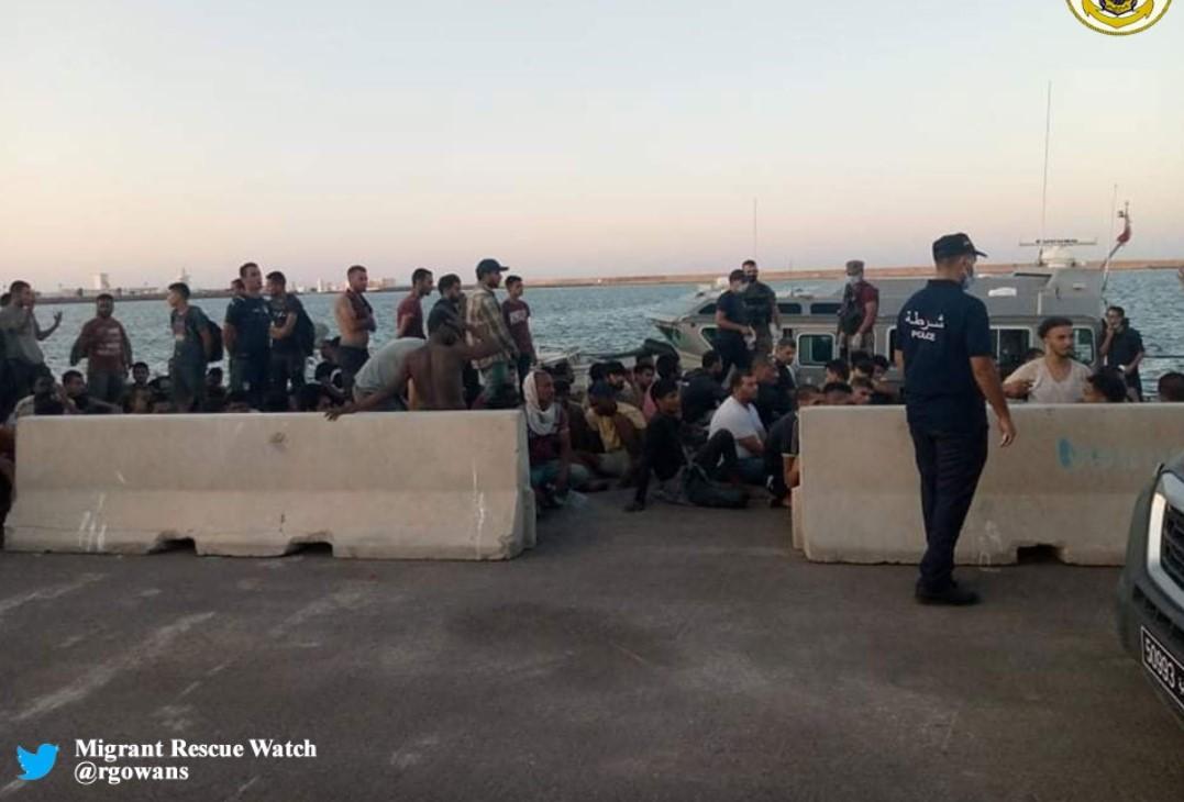 Inmigrantes rescatados frente a las costas de Túnez.