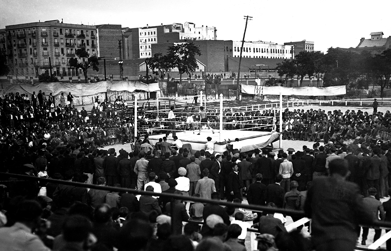 Combate de boxeo al aire libre en 1932.