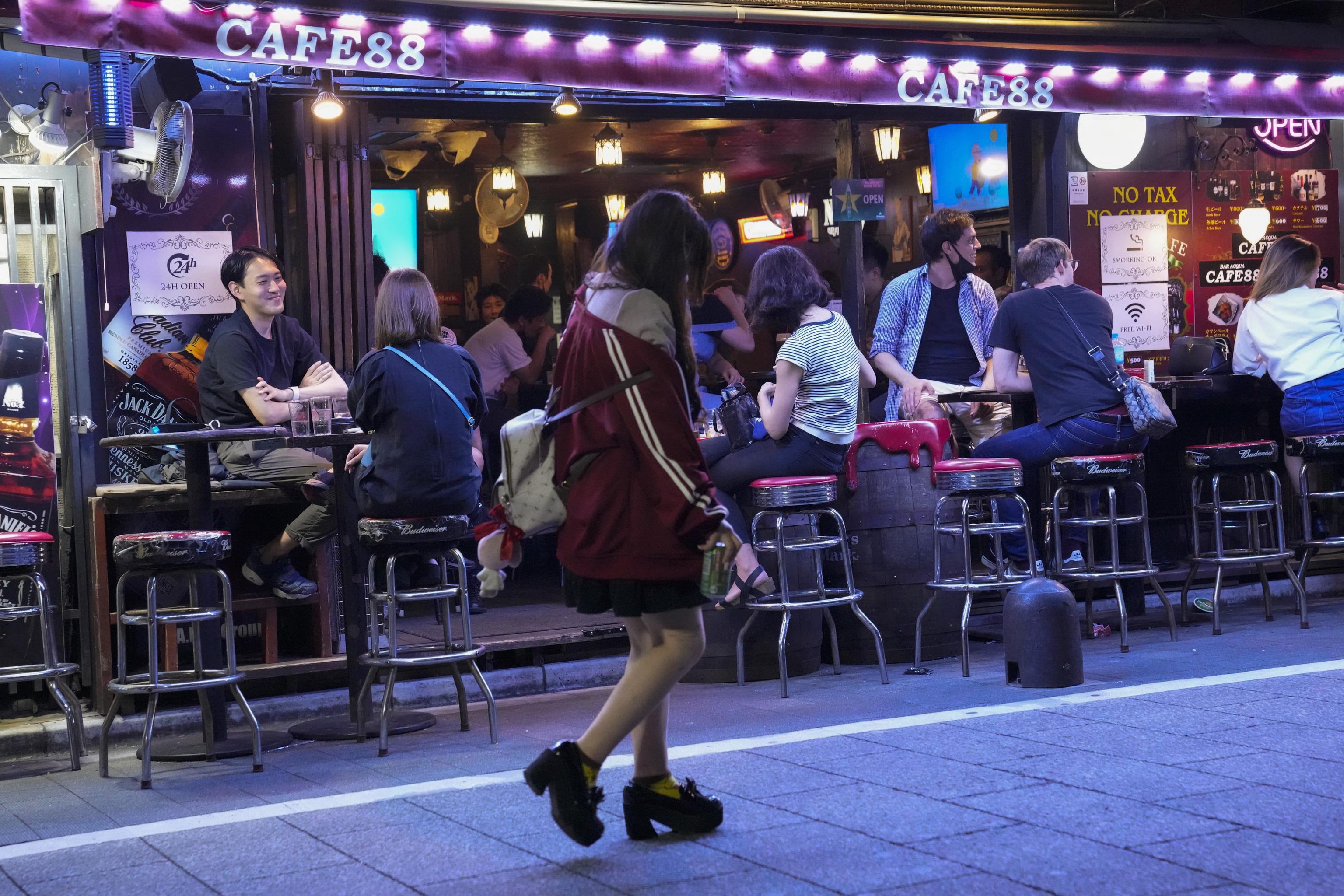 Ambiente de un bar en Tokio, hacia las ocho de la tarde del pasado sábado.
