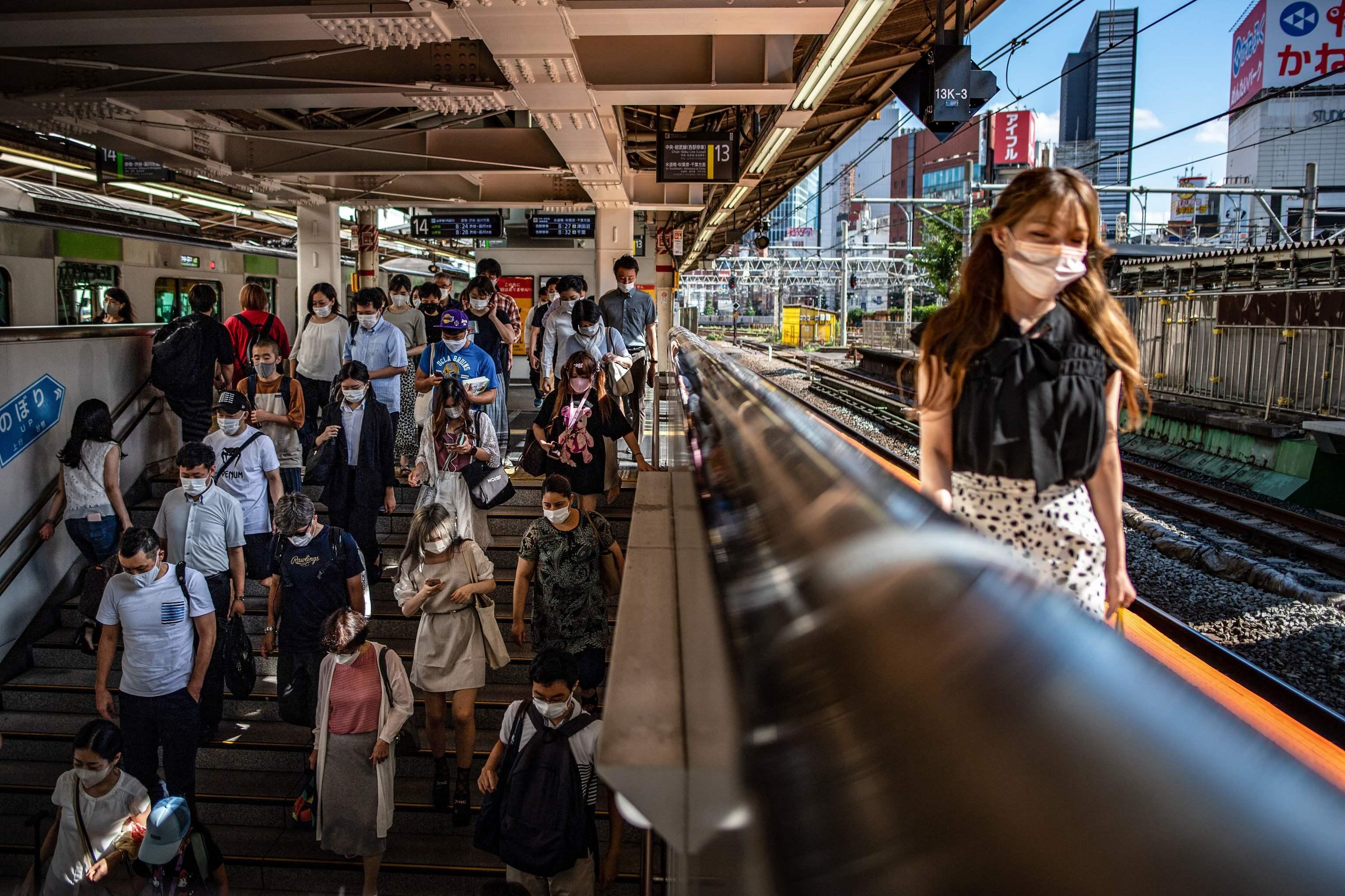 La estación de Shinjuku, en Tokio, horas antes del comienzo de los Juegos.