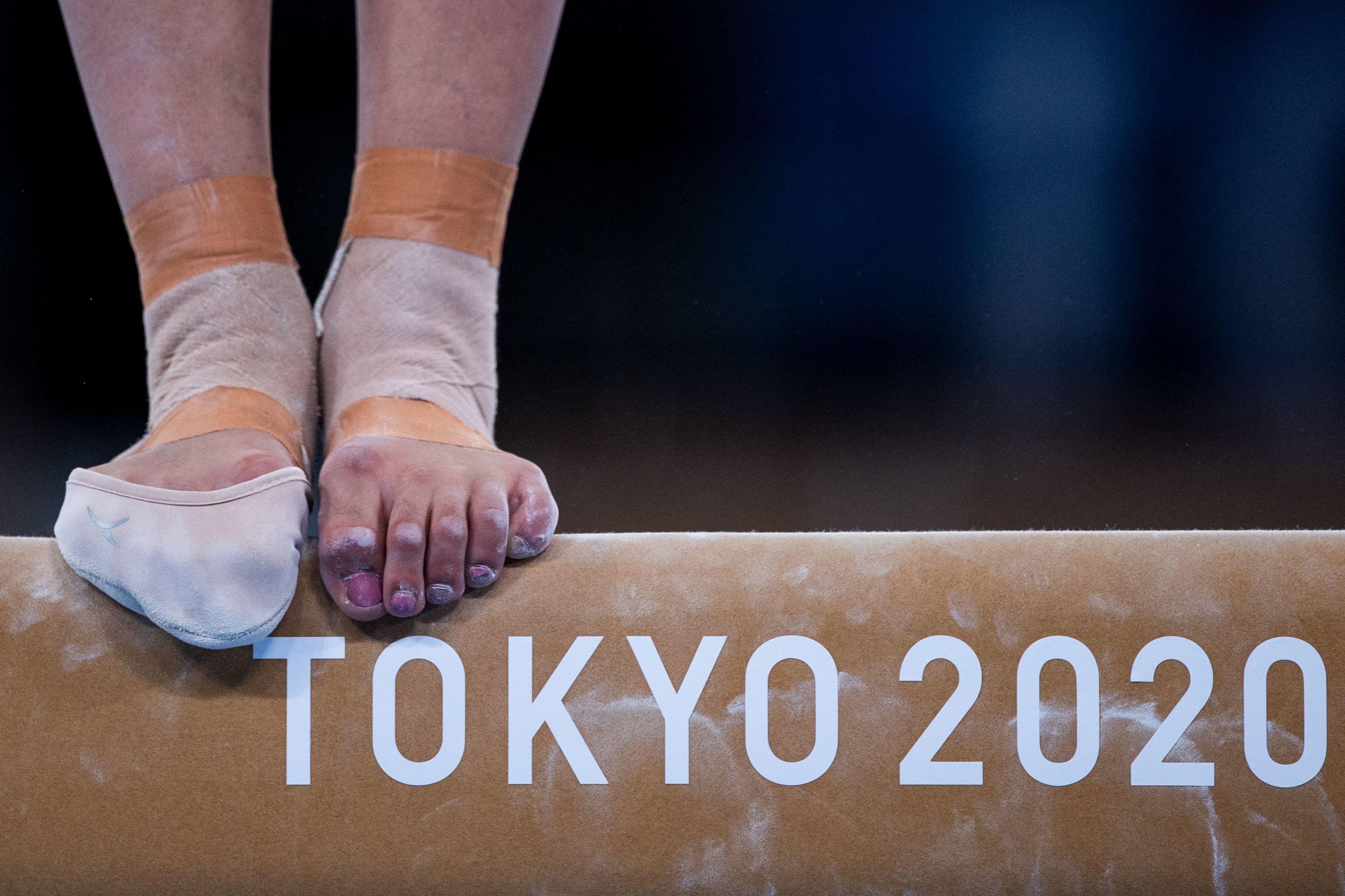 Una gimnasta, en la barra de equilibrios, en el Ariake Gymnastics Centre.