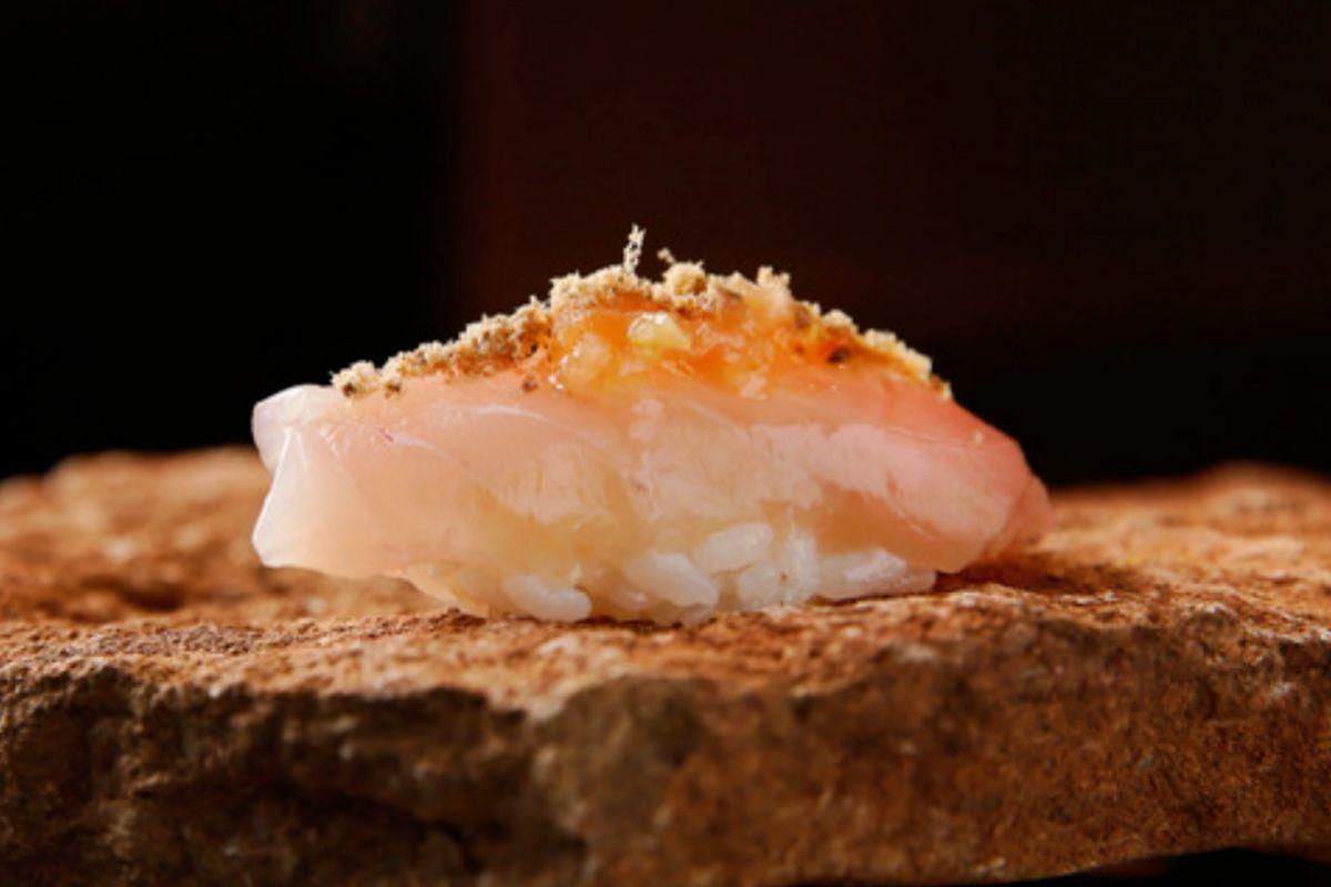 Nigiri de bonito, tomate raf y polvo de aceitunas, en Ikigai.