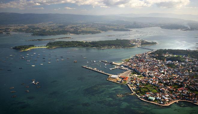 Vista de la isla de La Toja (al fondo) y O Grove.