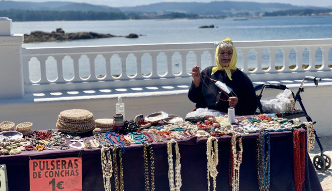 Vendedora de conchas en el paseo marítimo.