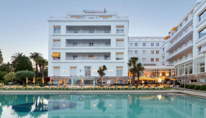 Edificio del Eurostars Gran Hotel La Toja desde la piscina.