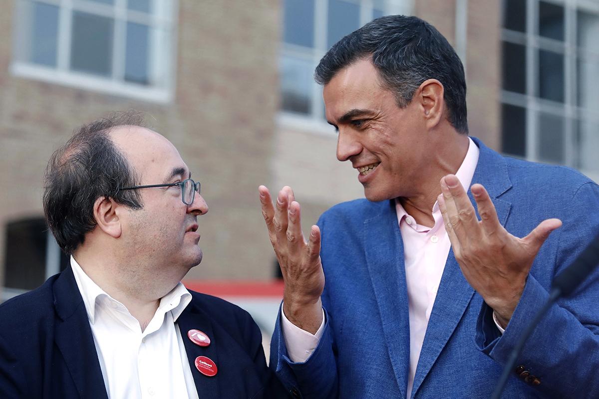 El minsitro saliente de Función Pública, Miquel Iceta, y el presidente del Gobierno, Pedro Sánchez