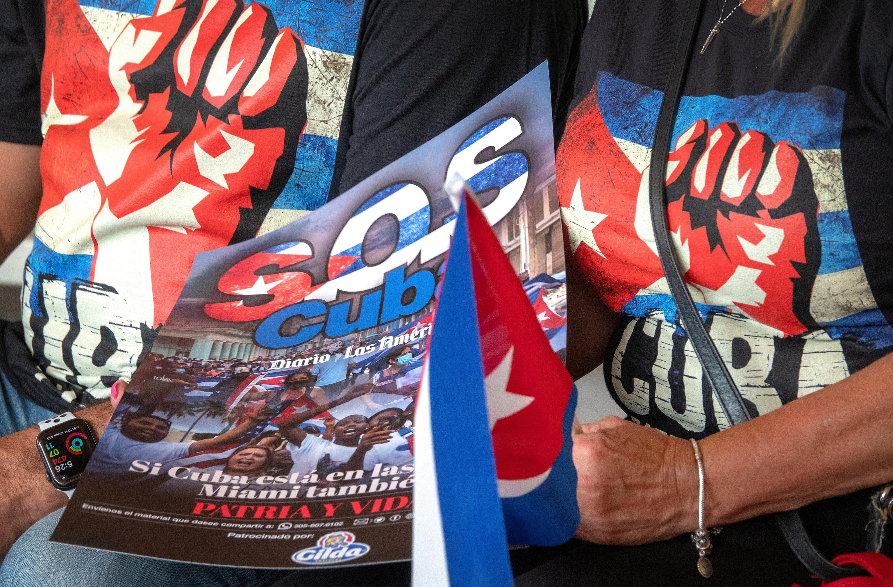 Estadounidenses de origen cubano muestran su apoyo a los manifestantes en Miami.