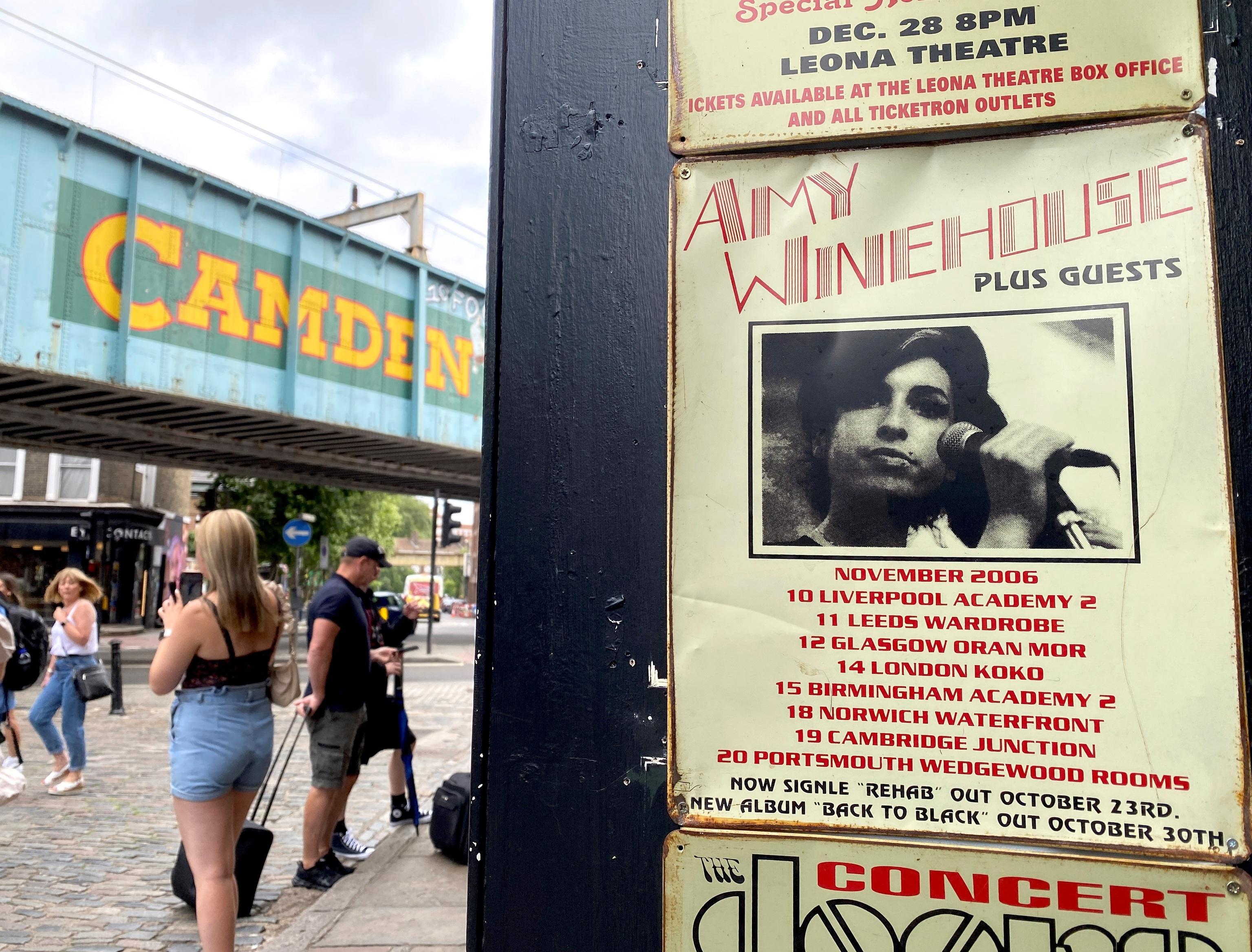 Cartel de una de las primeras giras de Amy Winehouse, con el puente de Camden de fondo, este jueves en Londres.