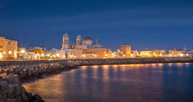Panorámica nocturna de la ciudad de Cádiz.