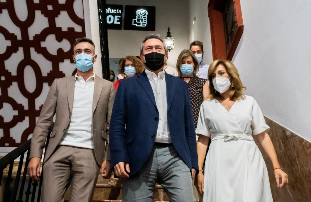 El ya secretario general del PSOE-A, Juan Espadas, rodeado de su equipo, con Felipe Sicilia a su izquierda.