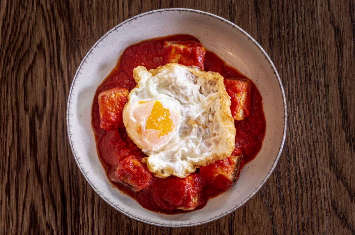 Bonito con tomate y huevo frito, en La Cocina de Frente.