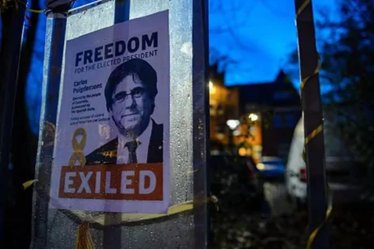 Un cartel reclama la libertad para Puigdemont en la cárcel alemana de Neumuenster, donde el ex presidente catalán fue detenido en 2018.