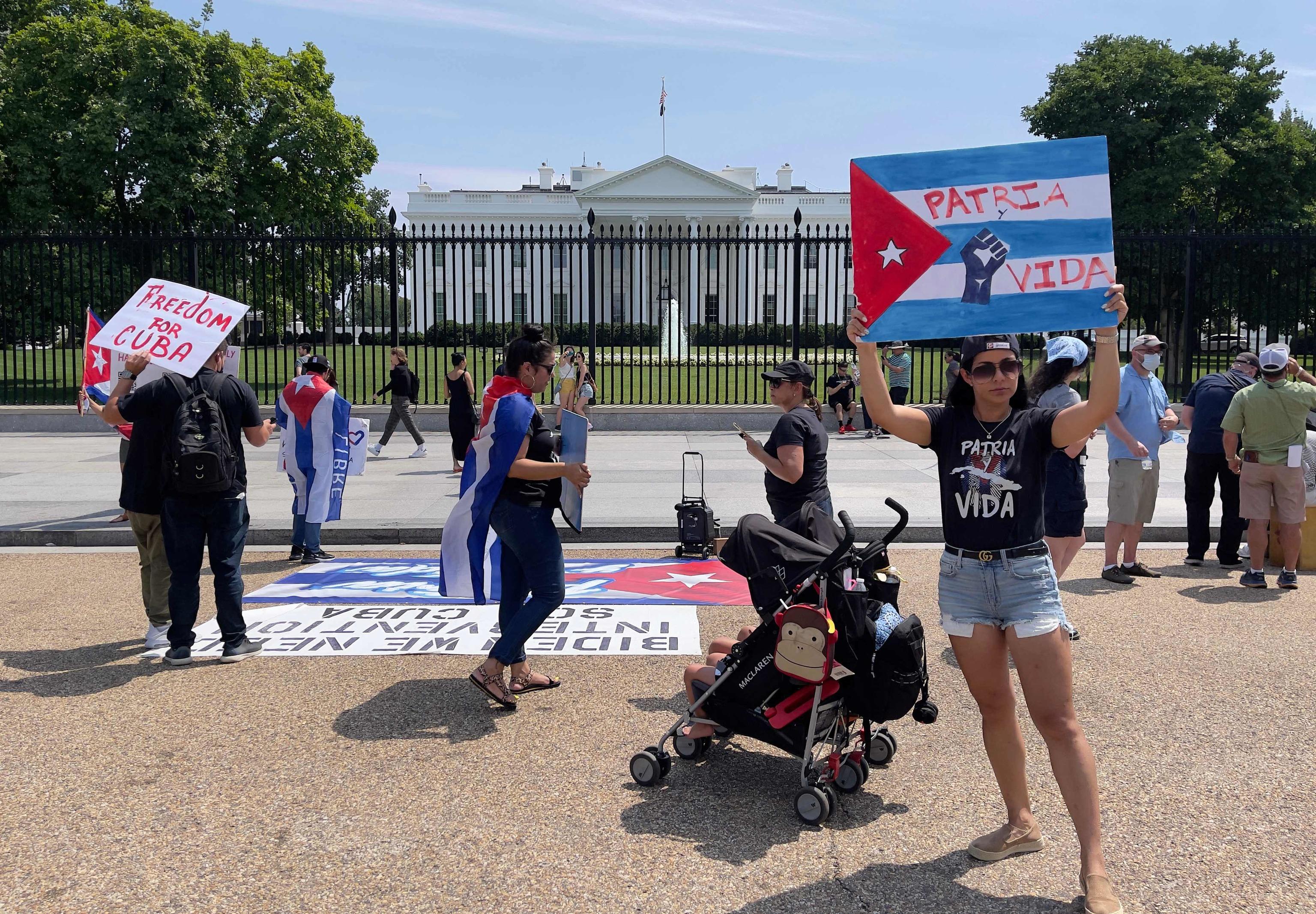 Activistas cubanos se manifiestan ante la Casa Blanca.