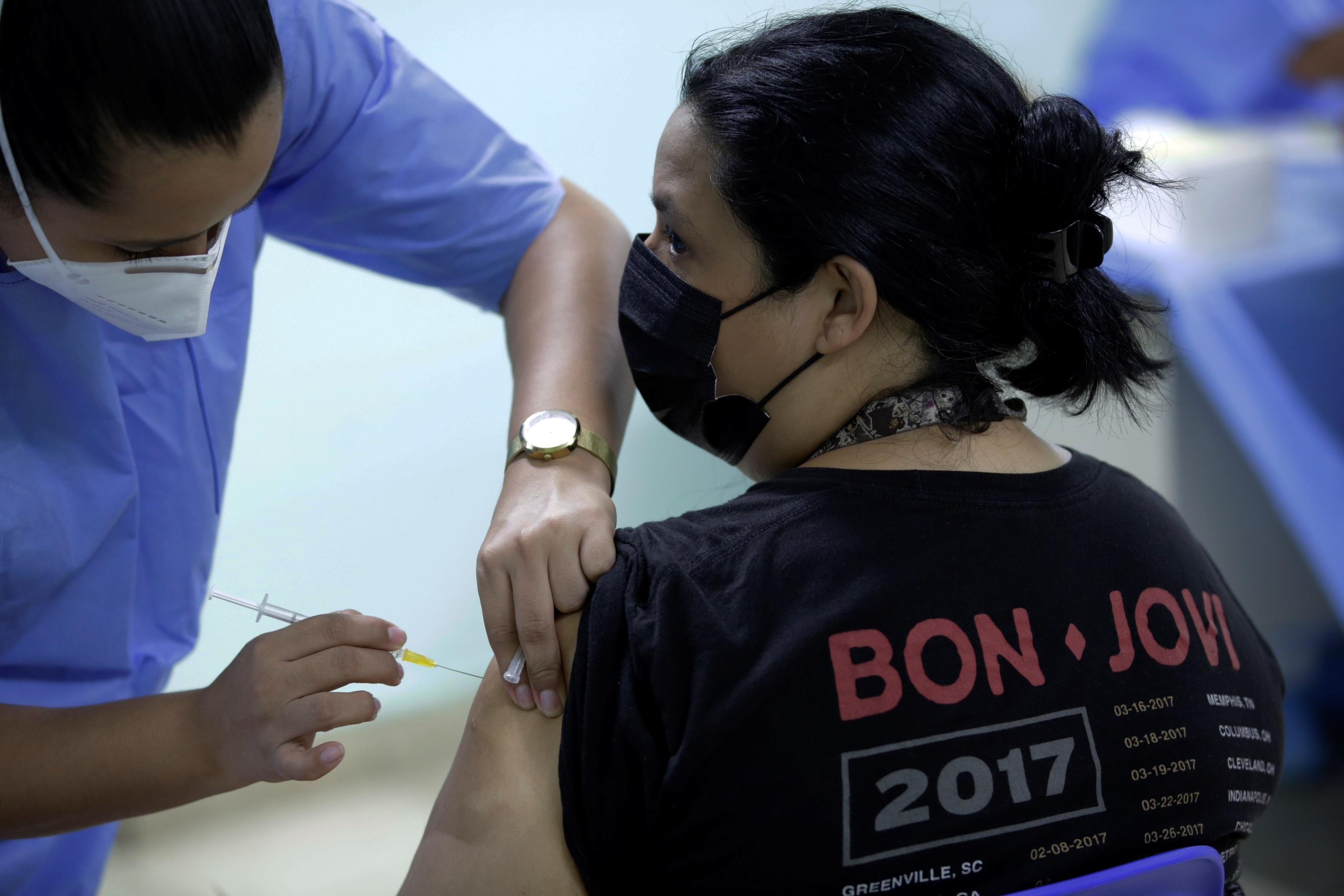 Una persona recibe una dosis de la vacuna Pfizer.