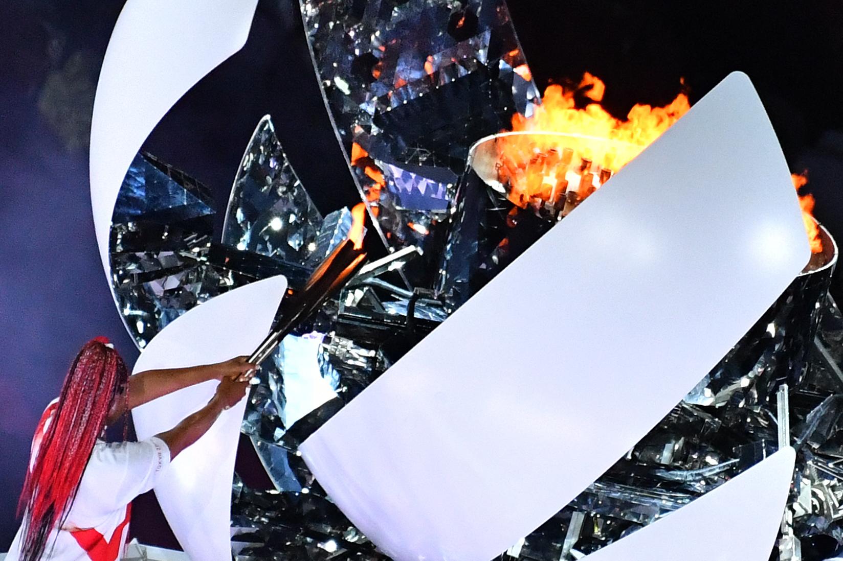 Osaka, con la llama olímpica, en el pebetero del Estado Olímpico.