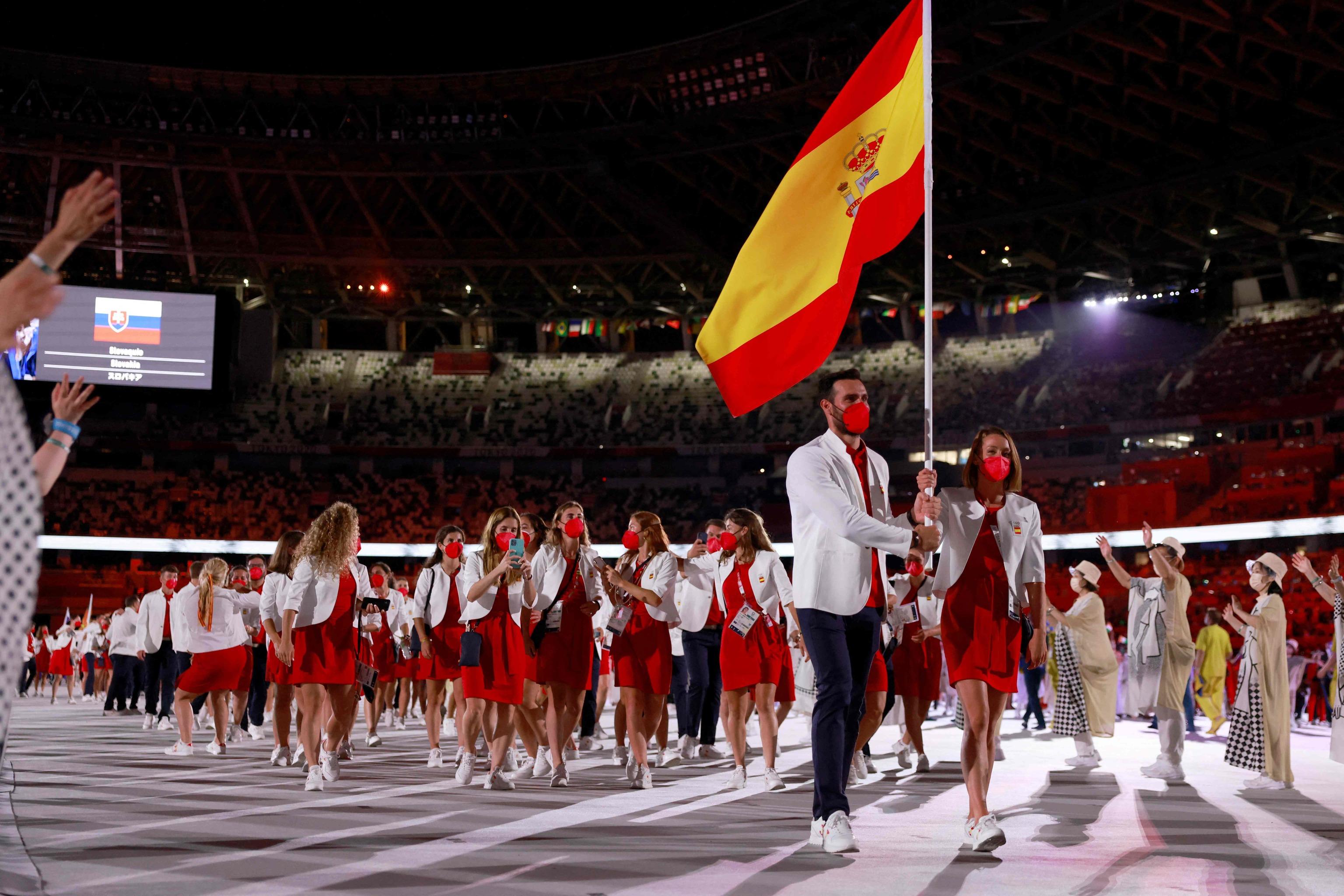 Belmonte y Craviotto, con la bandera española en Tokio.
