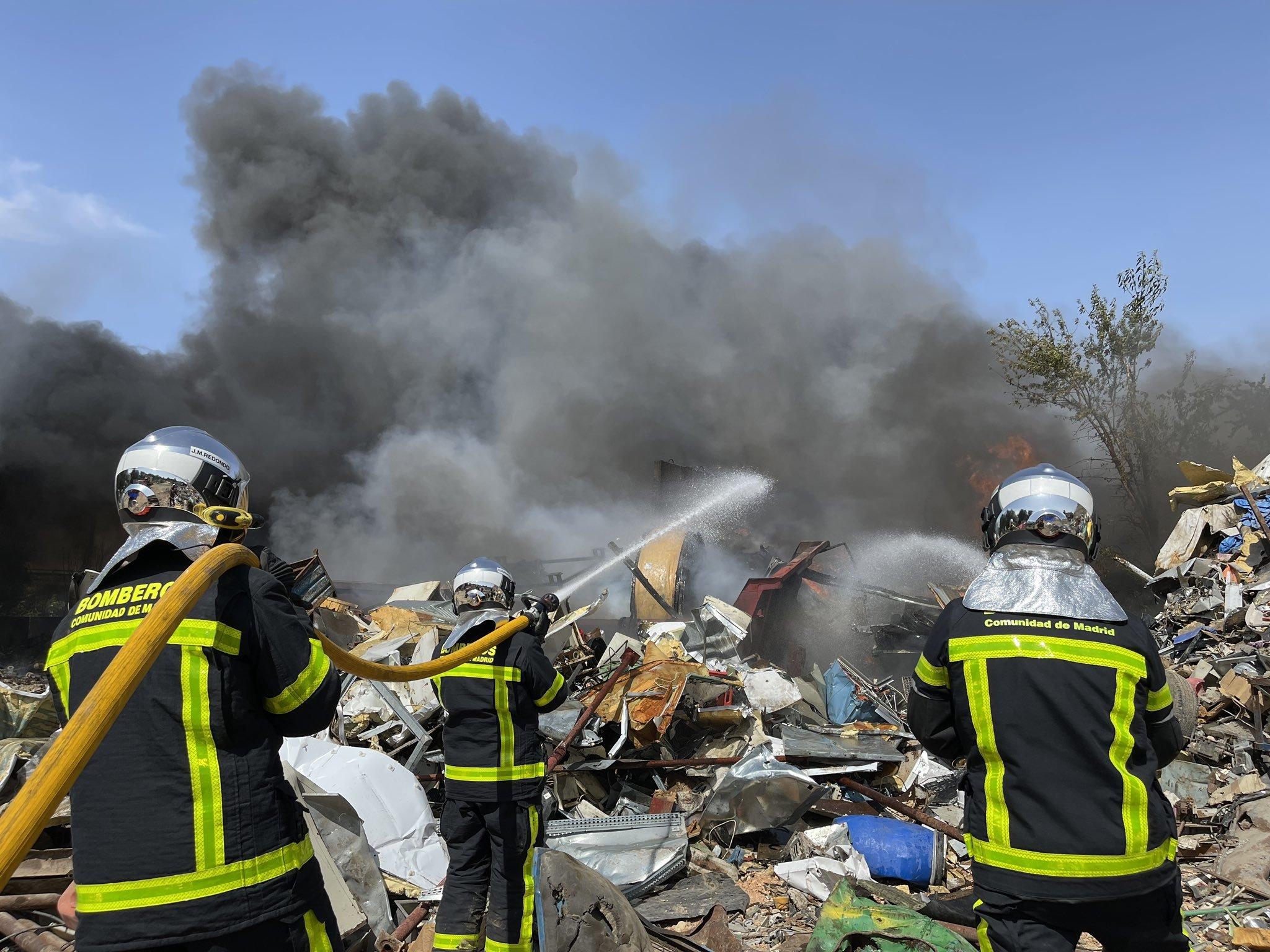 Bomberos de la Comunidad de Madrid extinguen el incendio en la nave.