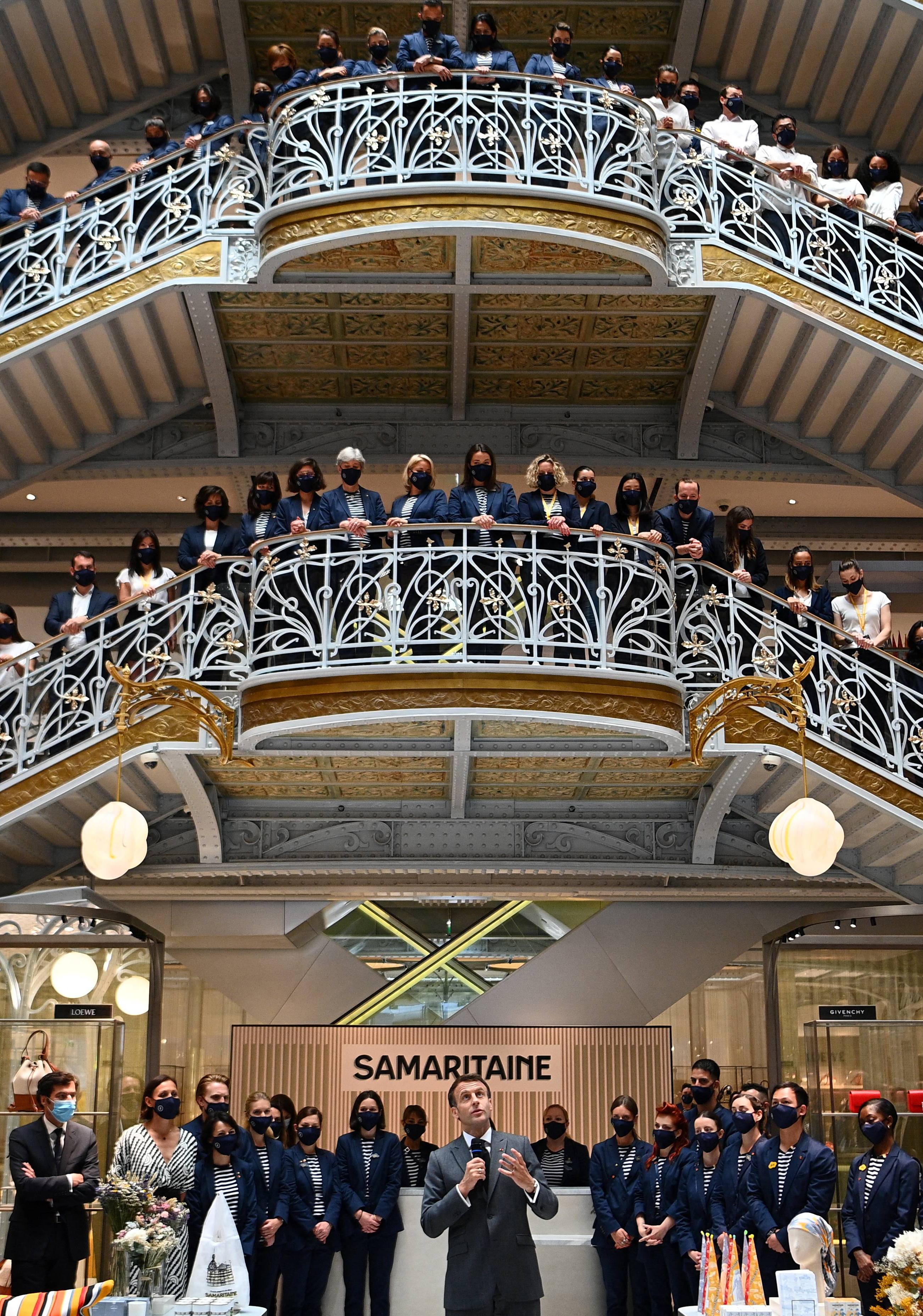 Emmanuel Macron se dirige a los empleados del centro comercial de lujo Samaritaine, en París, el pasado 21 de junio.