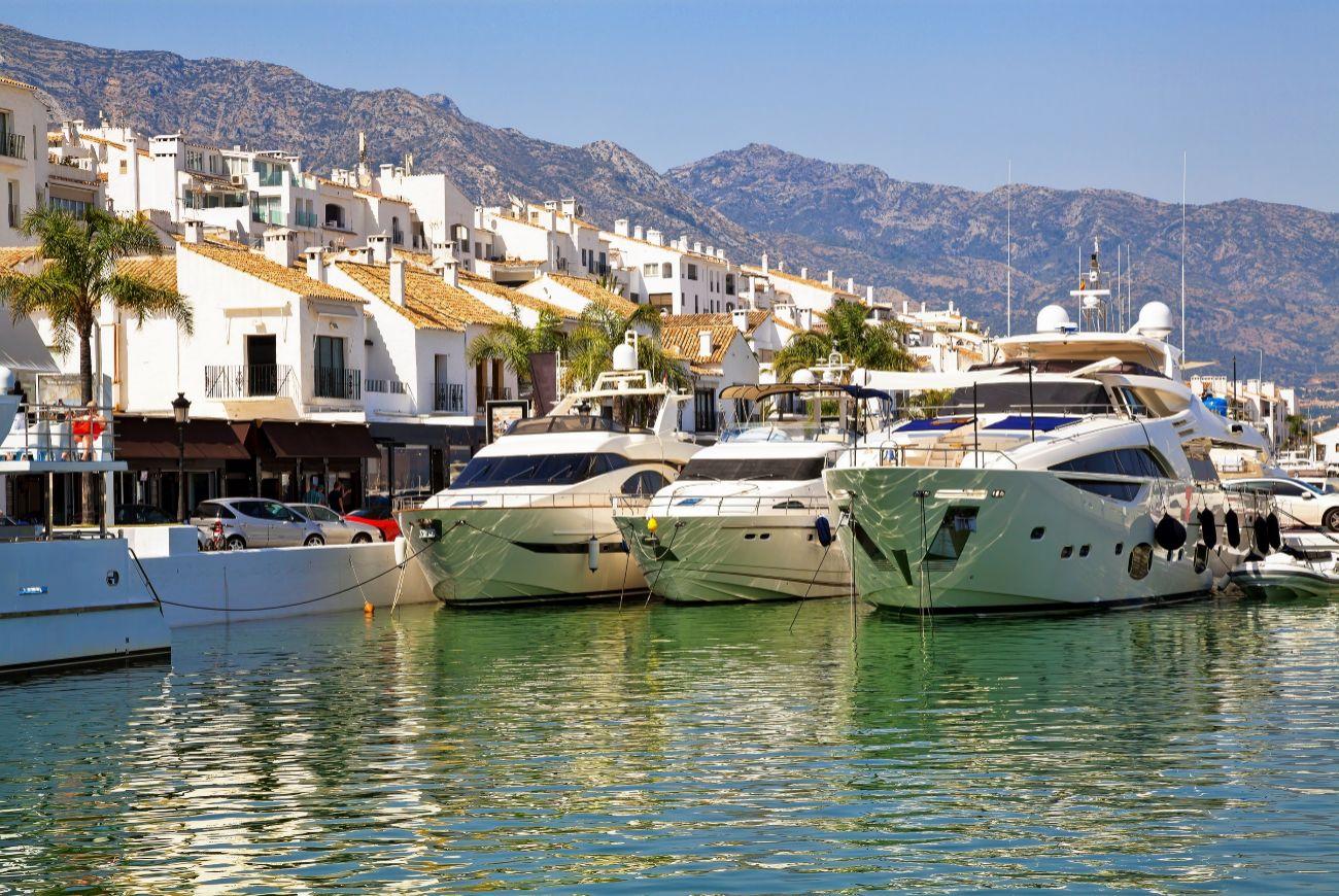 Puerto Banús, ubicado a seis kilómetros de Marbella.