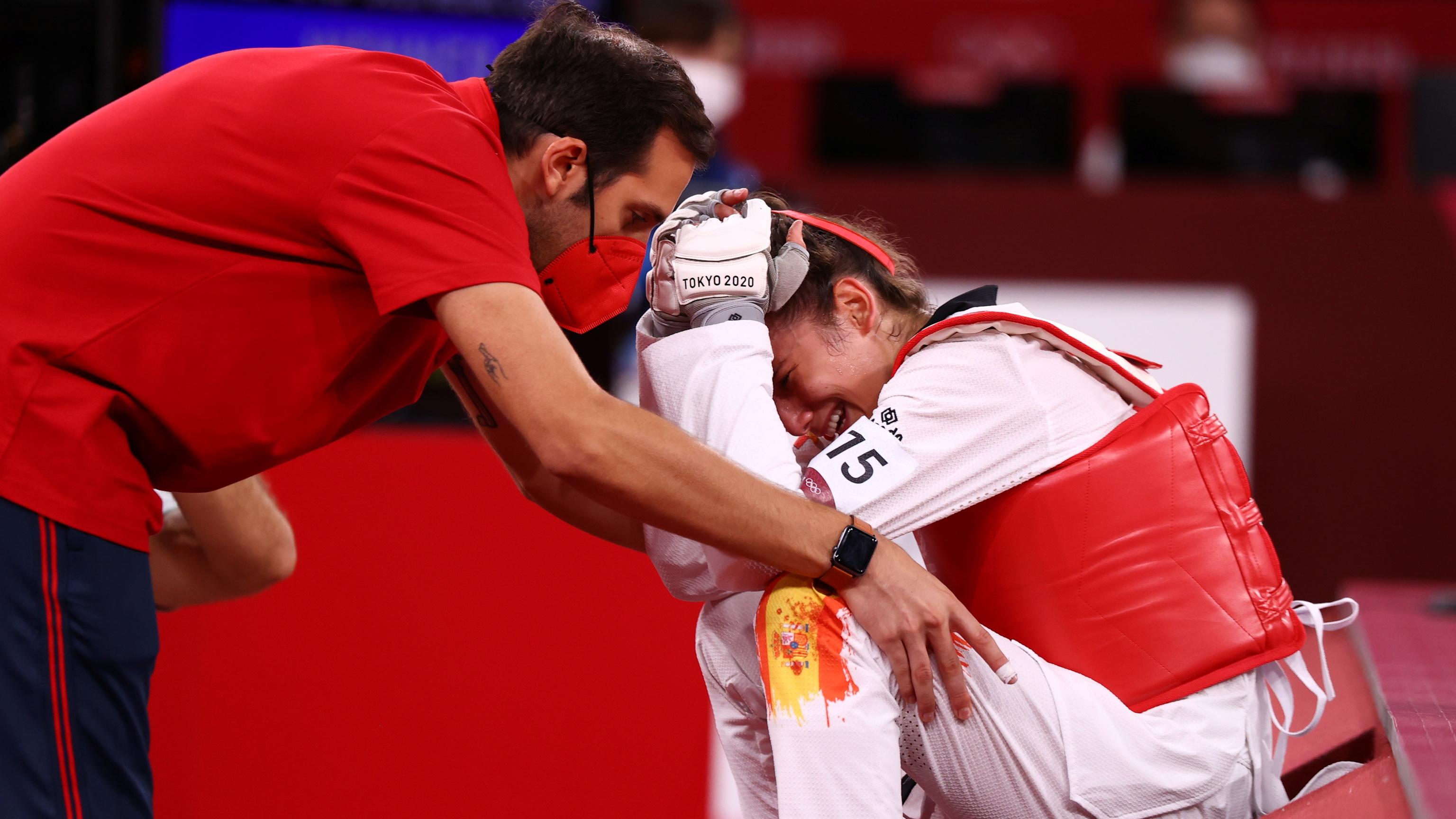 Adriana Cerezo se lamenta tras perder el combate por el oro.