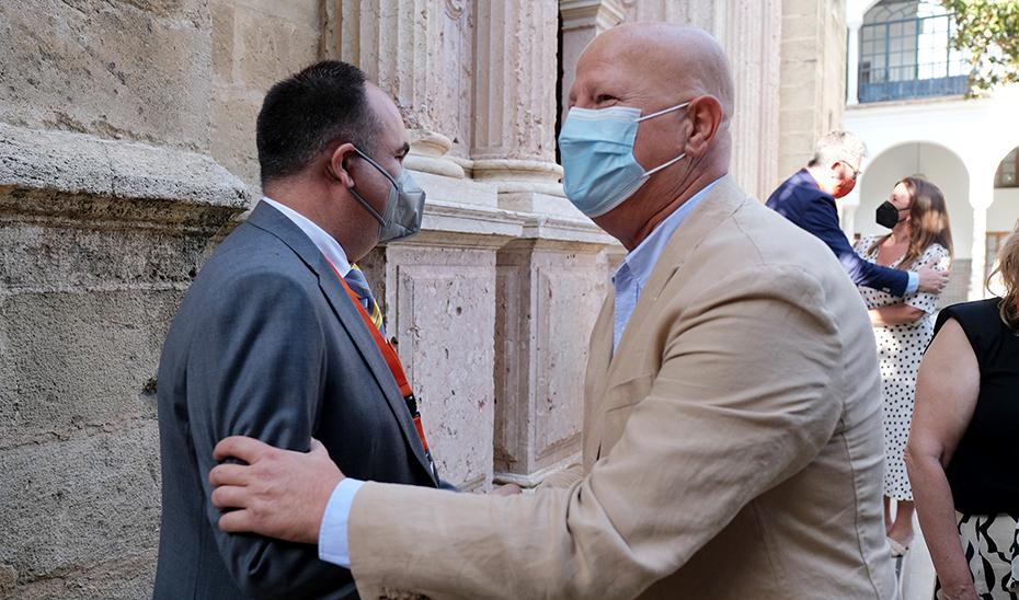 El consejero de Educación, Javier Imbroda (a la derecha), a la salida del pleno en el que se aprobó la ley.