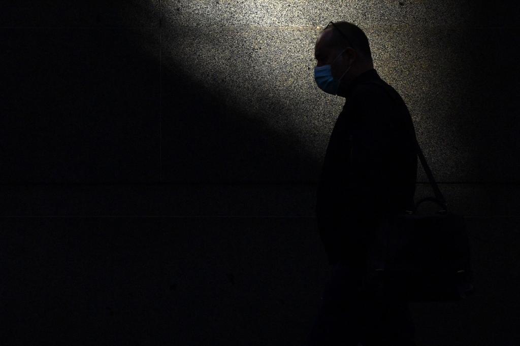 Un hombre pasea con mascarilla en Australia.