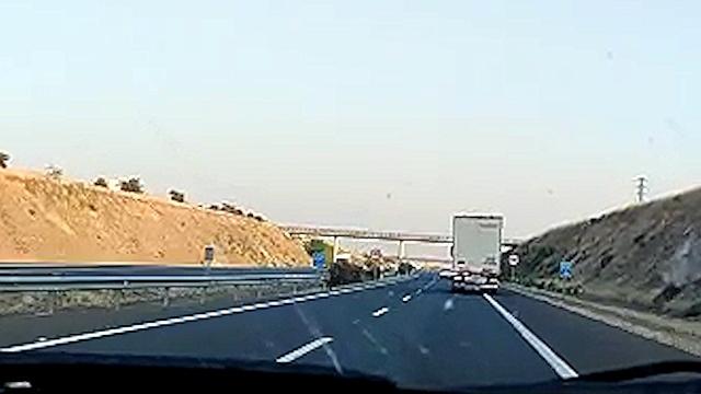 Imagen del camión invadiendo el arcén.