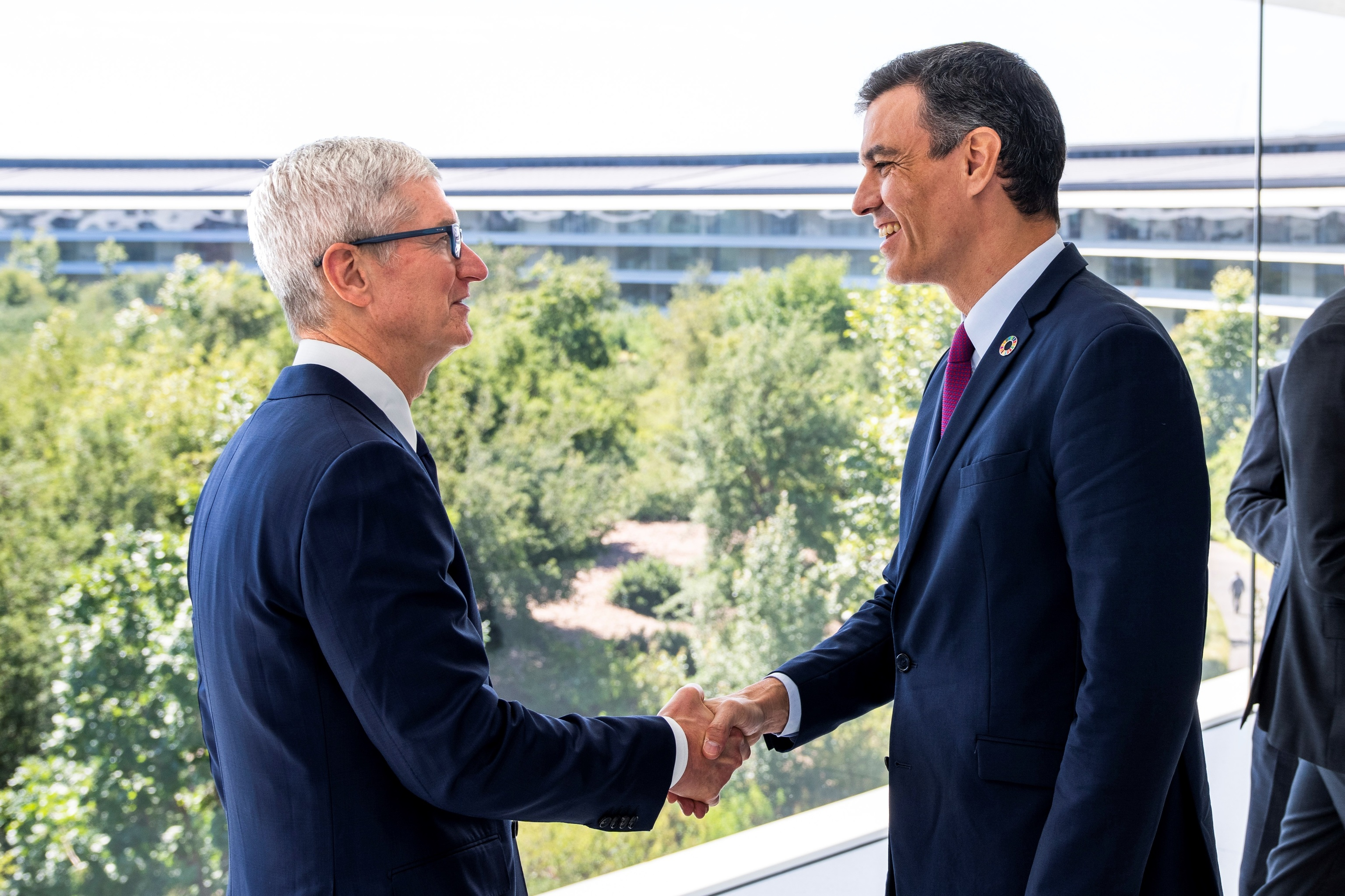 El presidente del Gobierno, Pedro Sánchez (d) y el director ejecutivo de  Apple, Tim Cook.